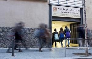 Entrada de los alumnos de ESO y bachillerato en el colegio de los Maristas de Sants-Les Corts, este martes.