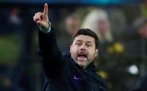 Mauricio Pochettino da órdenes durante el partido del Tottenham contra el Dortmund.