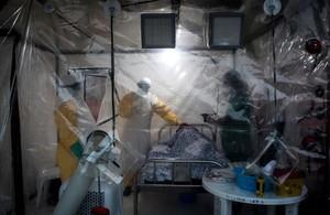 Médicos visitan a un pacienteafectado por ébola en Beni, en la República Democrática del Congo.