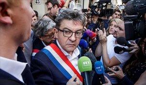 Mélenchon habla con la prensa tras el registro en la sede del partido.