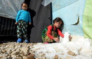XWH10 DAHR EL BAYDAR LIBANO 09 01 2019 - Una nina siria juega con la nieve en el exterior de su tienda de campana en el campo de refugiados sirios Qab Elias en el valle de Bekaa al este de Libano hoy 9 de enero de 2019 Al menos 8 000 refugiados sirios han resultado damnificados por las inundaciones causadas por la tempestad Norma en el Libano que atraviesa el pais desde el fin de semana informo hoy el Alto Comisionado de la ONU para los refugiados ACNUR EFE Wael Hamzeh