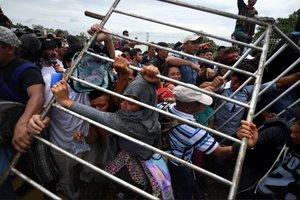 Grupo de migrantes se acerca a EE..UU tras entrar en territorio mexicano