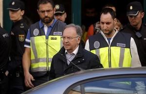 Miguel Bernad sale de la sede de Manos Limpias, el pasado viernes, detenido por la policía.
