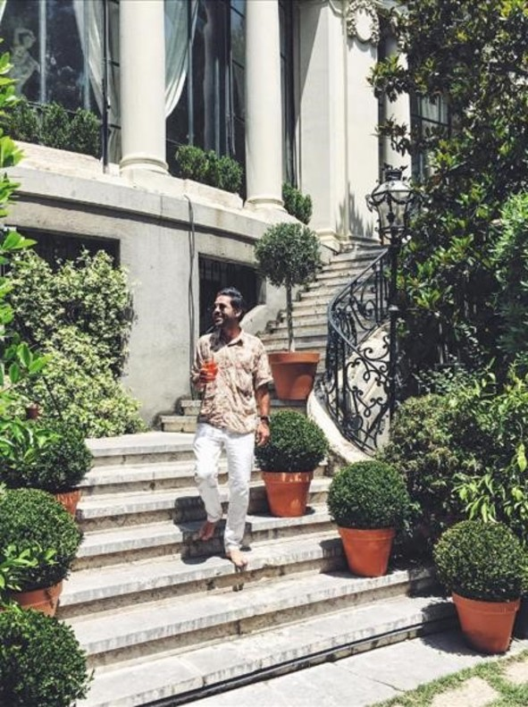 Miguel Carrizo promociona una bebida aperitivaen Instagram. Embassy time with@aperolspain��#AperolFullSunParty�� by@cupofcouple