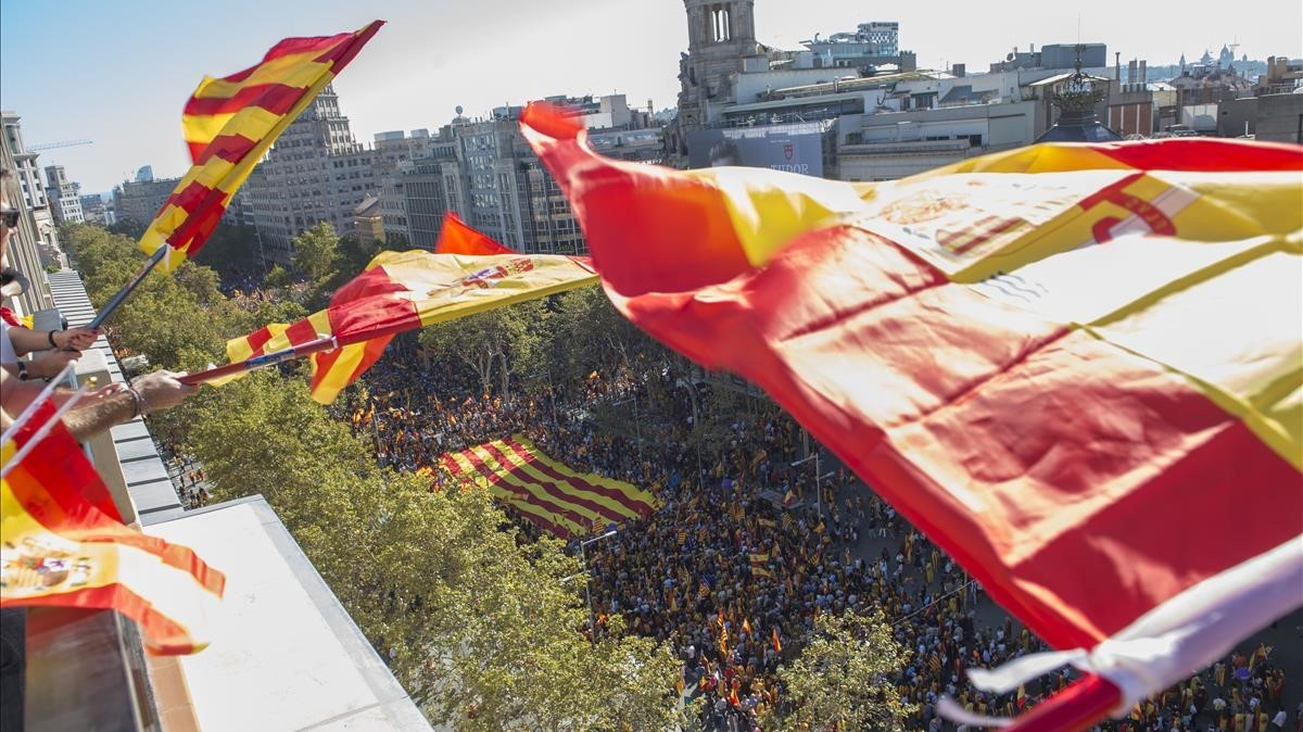Miles de personas se concentran en el Passeig de Gràcia.