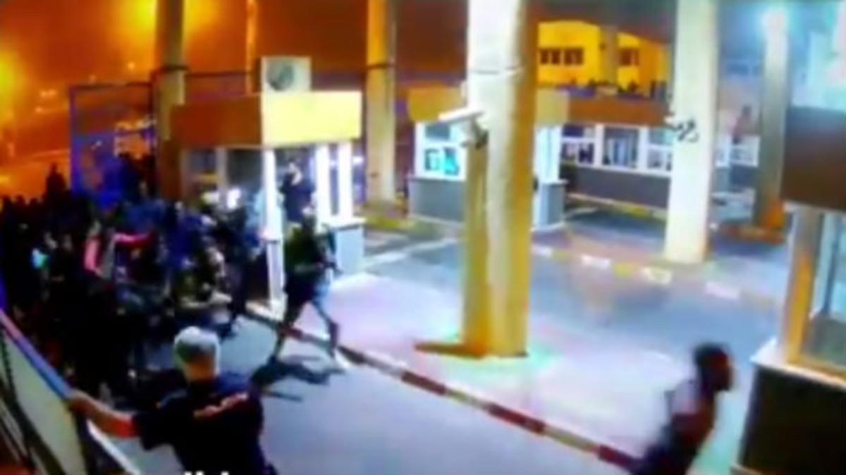 Momento de la entrada de los inmigrantes a Ceuta.