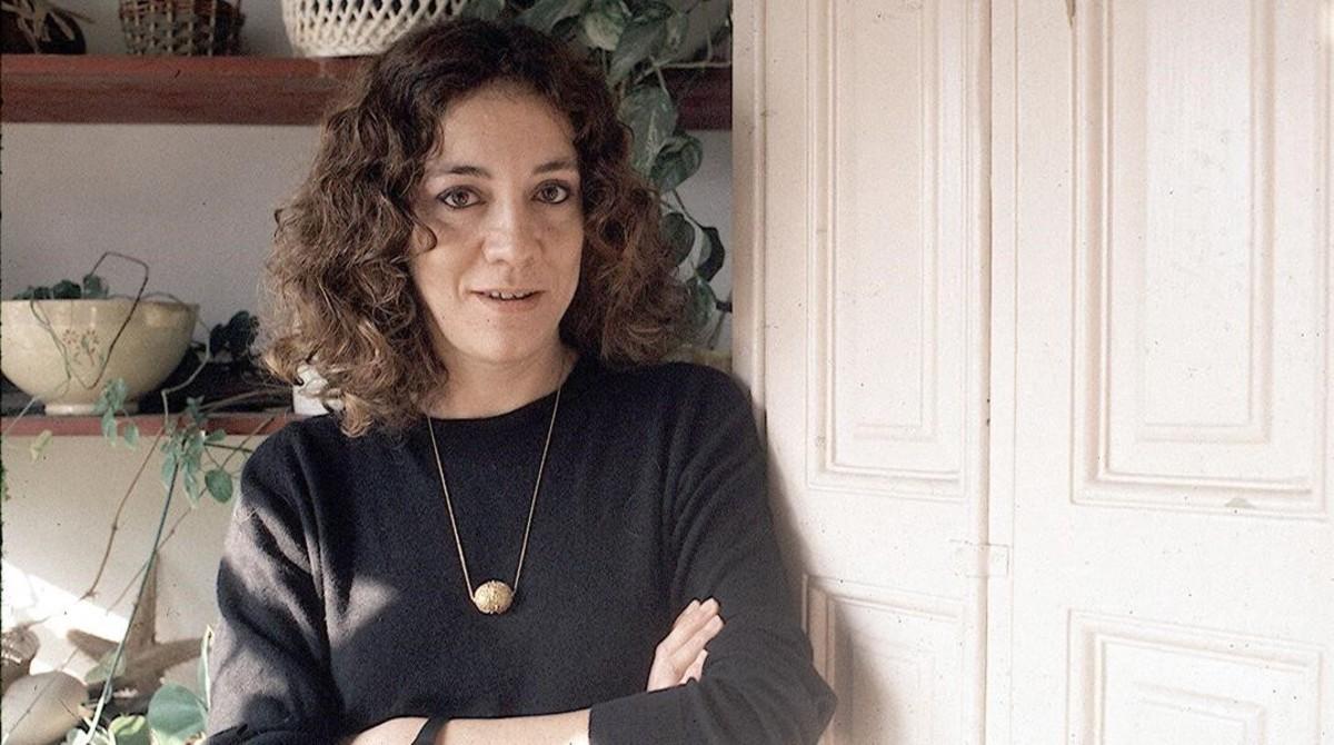 La escritora Montserrat Roig, en su casa del Eixample, en 1987.