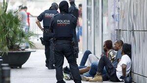 Mossos d'Esquadra durante una redada contra el tráfico de drogas en Barcelona.