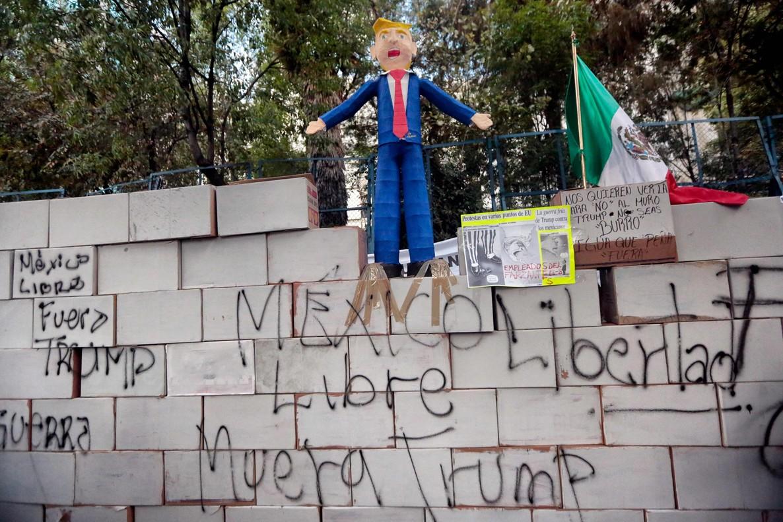 Un muñeco de Trump y un falso muro, en una protesta ante la Embajada de EEUU en México.