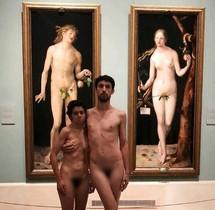 Imagen de los jóvenes desnudos delante de los cuadros de Alberto Durero.