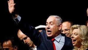 El primer ministroisraelí,BinyaminNetanyahu, con su esposaSara durante un acto electoral en Tel Aviv.