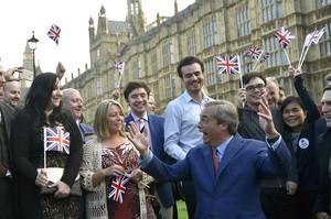 Nigel Farage, líder del UKIP,celebra la victoria con sus seguidores en Londres.
