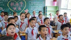 Niños de Wuhan, este martes, en su primer día de clases. / AFP