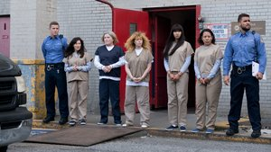 Nick Dillenburg, Yael Stone, Kate Mulgrew, Natasha Lyonne, Jackie Cruz, Selenis Leyva y Josh Segarra, en la serie 'Orange is the new black'.