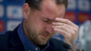 Òscar Perarnau, director deportivo del Espanyol, emocionado en la rueda de prensa de su despedida.