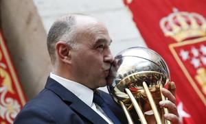 Pablo Laso besa el trofeo de la Copa durante la visita a la sede de la Comunidad de Madrid