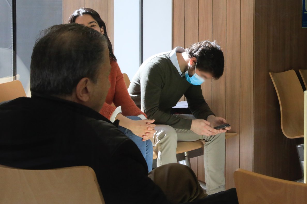 Un paciente con mascarilla espera en el servicio de urgencias del Hospital Clínic de Barcelona.