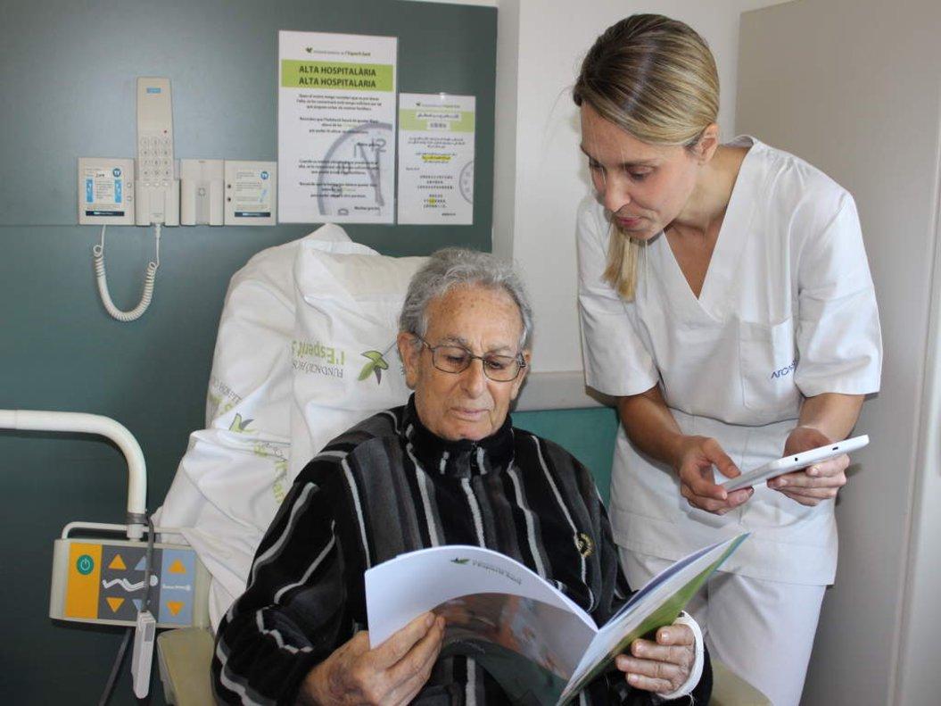 Un paciente del Hospital del Espíritu Santo de Santa Coloma consultando la carta de comidas.