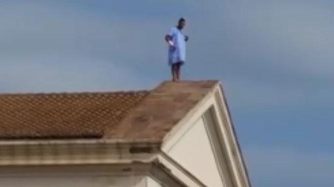 Un paciente del Hospital la Fe de Valencia trepa al tejado para que su pareja le perdone.