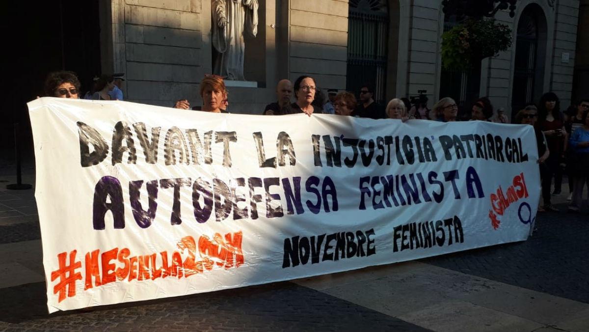 Pancarta de protesta por la libertad provisional de los miembros de La Manada