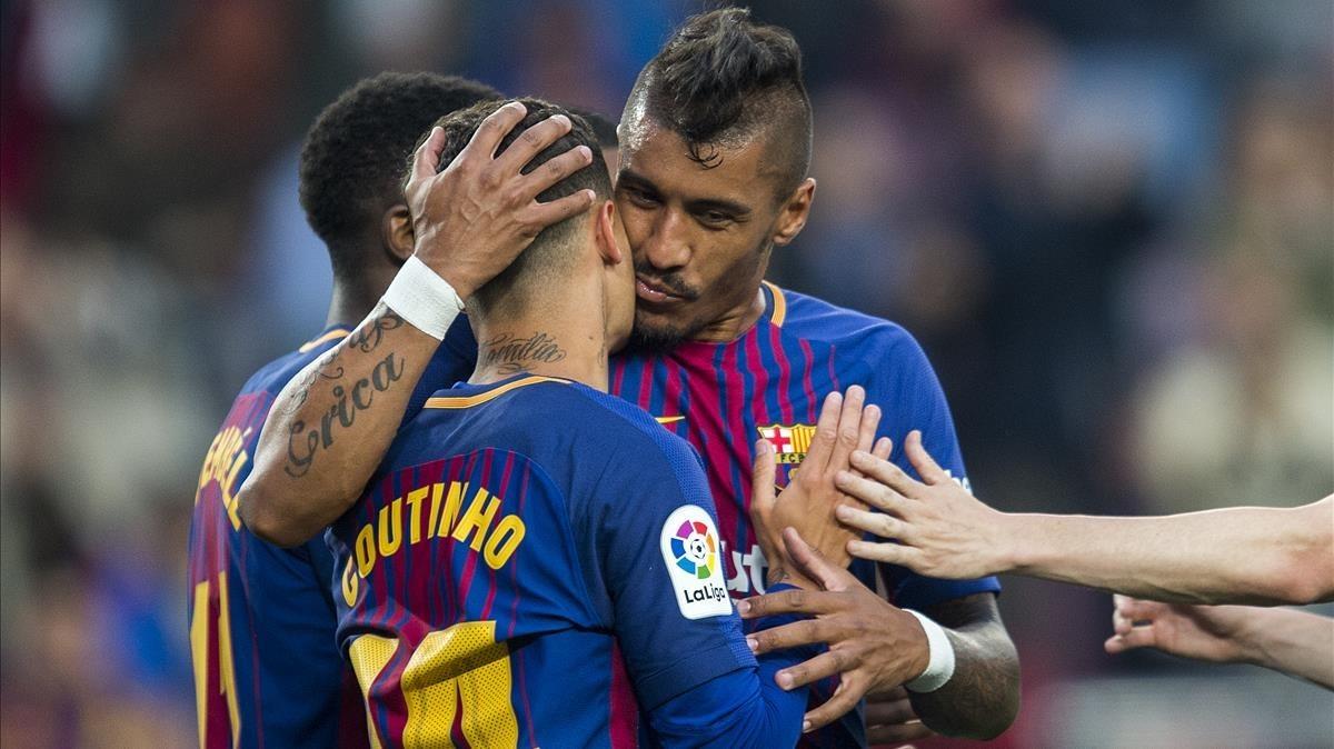 Paulinho felicita a Coutinho por su gol al Villarreal en el Camp Nou.