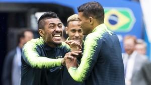Paulinho y Thiago Silva, en el último entrenamiento antes del partido contra Costa Rica.