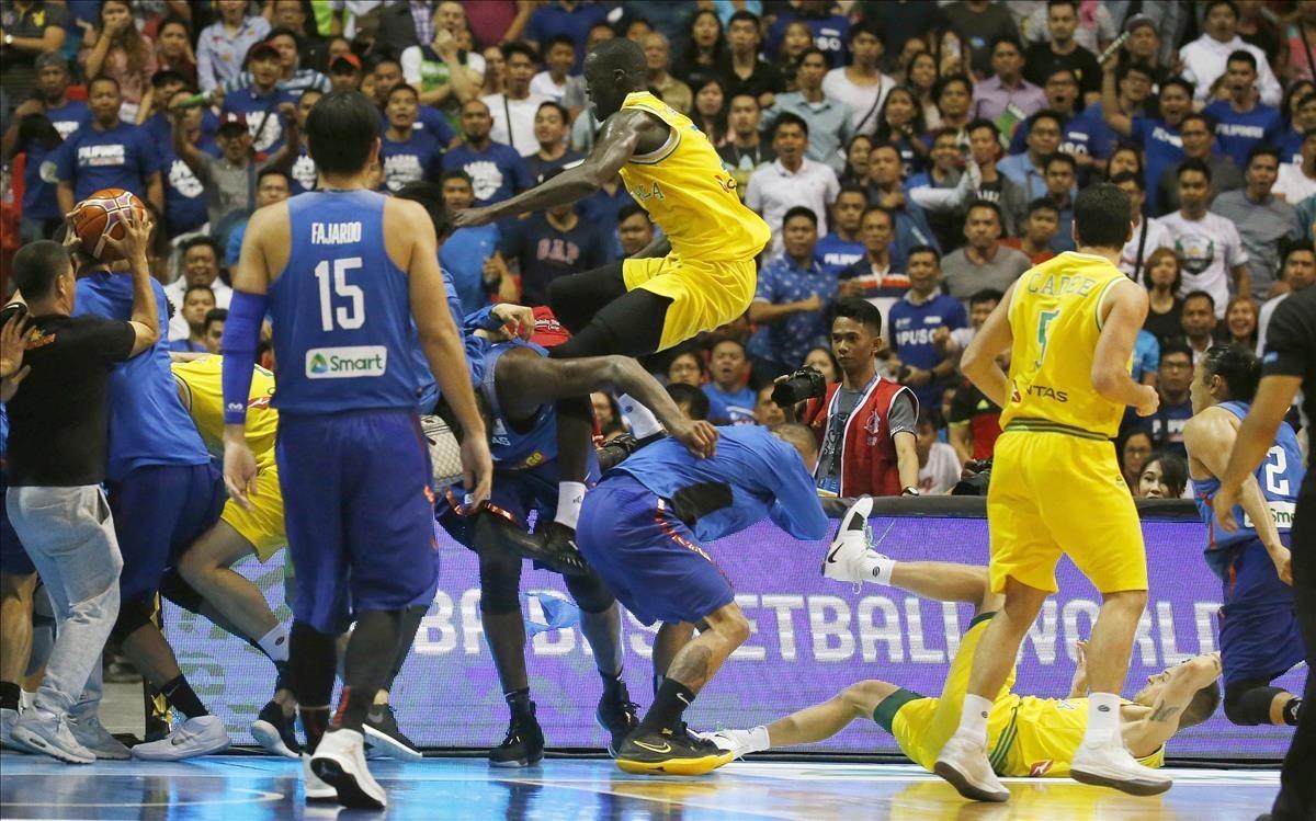 Pelea en el Filipinas - Australia de clasificación para el Mundial 2019 de baloncesto