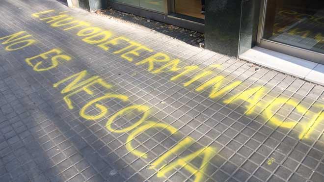 Pintadas en la sede nacional de ERC, reivindicadas por el CDR de Les Corts.