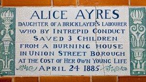 Placa a Alice Ayres, en el Postman's Park de Londres