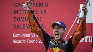 Pol Espargaró celebra, eufórico, su primero podio en MotoGP, ayer en Valencia.