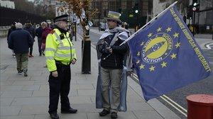 Un policía británico habla con un manifestante anti-brexit en Londres.