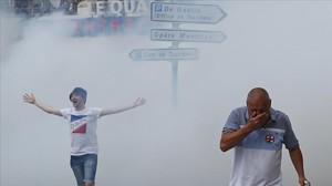 La policía francesa usa gas para disolver los incidentes en Marsella.