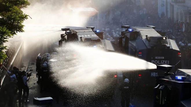 La policía utlizia cañones de agua contra los manifestantes que protestan contra la cumbre del G-20.