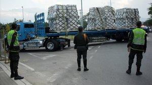 Policías colombianos vigilan un camión con ayuda humanitaria para Venezuela, en Cúcuta.
