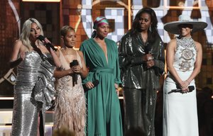 Michelle Obama junto a Lady Gaga, Jada Pinkett Smith,  Alicia Keys  y Jennifer Lopez en los premios Grammy. AP