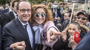 El presidente Hollande saluda a miembros de la comunidad franco-armenia durante la ceremonia con motivo del 120 aniversario del genocidio armenio de 1915, en París, el 24 de abril.