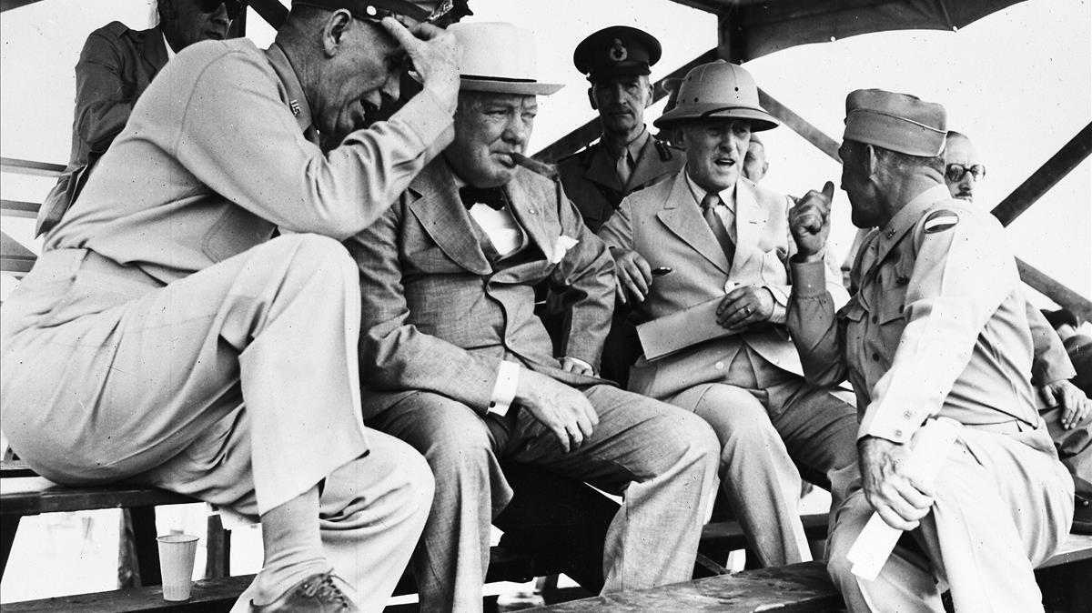El primer ministro británico Winston Churchill (en el centro, con su inseparable puro), en Fort Jackson (Carolina del Sur), con miembros de su estado mayor, en junio de 1942.