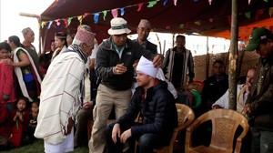 El príncipe Enrique se encuentra de viaje humanitario en el Nepal, dode variosdondevarios grupos de habitanteshan aprovechado para ataviarloconelgorro tradicional nepalí.