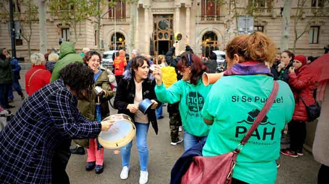 Protesta de la PAH frente al TSJC por la sentencia del impuesto de las hipotecas.