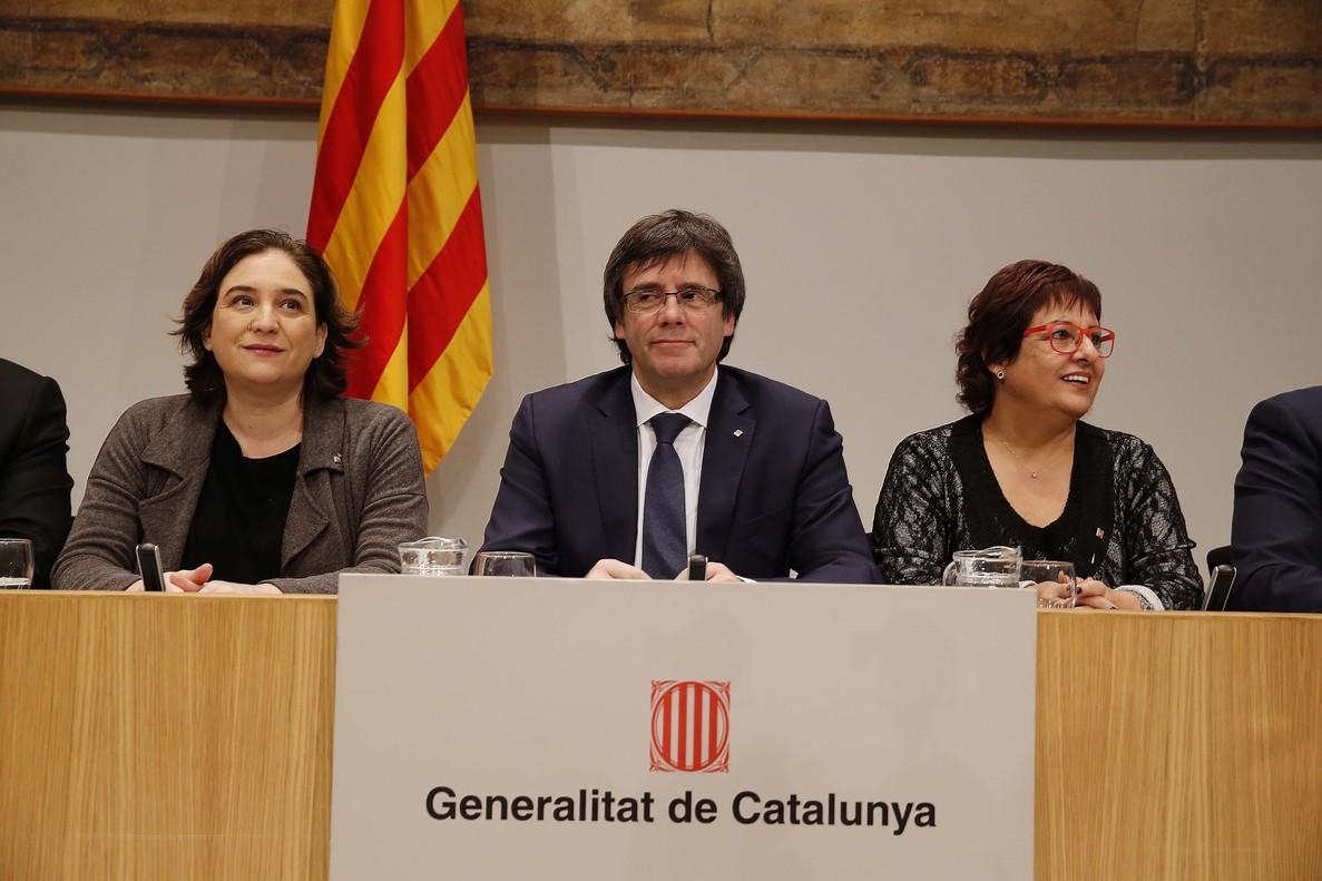 Puigdemont y Colau durante la presentación del convenio sobre pobreza energética.