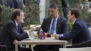 El presidente del Gobierno, Mariano Rajoy, con el vicesecretario de comunicación del PP, Pablo Casado, y el líder del PPC, Xavier García Albiol.