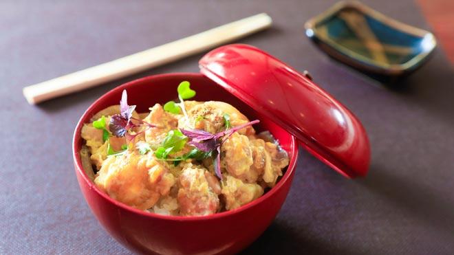 Daisuke Fukamura, chef del restaurante Fukamura, explica cómo hace la receta de oyakodon.