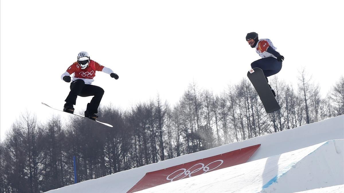 Regino Hernández, a la izquierda, en cabeza en la semifinal de los Juegos de Pyeongchang.