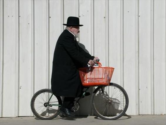 Un ultraortodoxo en bicicleta en la parte occidental de Jerusalén.