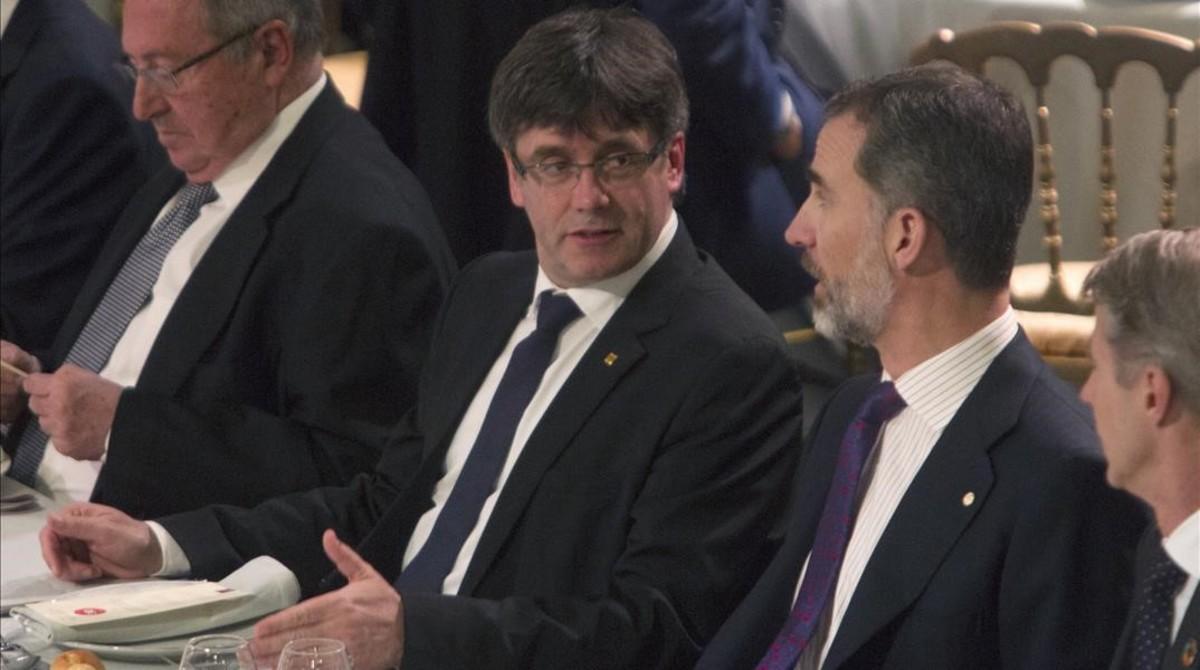 Carles Puigdemont y Felipe VI, durante la cena de bienvenida del Mobile World Congress.