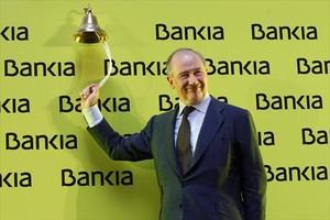 Rodrigo Rato toca la campana que marca el inicio de la cotización de Bankia en la bolsa.