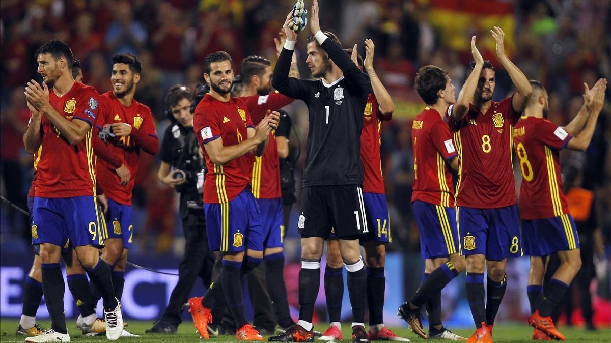 Los jugadores de la selección española celebran el triunfo ante el Albania y el billete al Mundial.