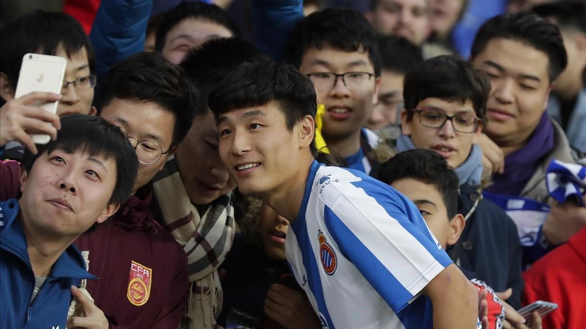 Wu Lei se fotografía con otros chinos, este martes en su presentación como nuevo jugador del Espanyol.