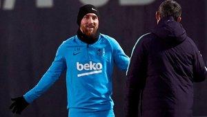 Messi y Valverde conversan en el inicio de la última sesión preparatoria antes del partido frente al Sevilla.