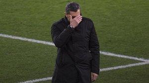 Valverde se tapa la cara molesto por haber solo dos minutos de añadido, este sábado en el Camp Nou.